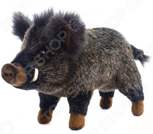 Мягкая игрушка Hansa «Кабан»Мягкие игрушки<br>Не секрет, что, наряду с куклами и машинками, мягкие игрушки являются самыми популярными и часто покупаемыми игрушками в мире. Ну какая детская без милого плюшевого медвежонка или забавного длинноухого зайчика. Их любят как дети, так и взрослые. Одни в них играют, другие дарят в качестве памятного сувенира, а третьи собирают целые мягкие коллекции. Совсем как настоящий Мягкая игрушка Hansa Кабан станет чудесным подарком для вашего любимого чада. Она удивительно не похожа на другие мягкие игрушки, а все потому, что визуально максимально схожа с оригиналом. Ощущение, будто перед вами совсем не игрушка, а настоящий дикий кабанчик. Только вот, в отличии от своего живого прототипа, он совсем не страшный, а даже наоборот очень милый и забавный.  К особенностям игрушки Hansa Кабан можно отнести:  жесткий металлический каркас;  наполнитель из полиэфирных волокон;  качественную пластиковую фурнитуру. Игрушка, как уже упоминалось выше, отличается особой реалистичностью и вниманием к деталям. Ее дизайн, фактура шерсти и окрас продуманы до самых мелочей и полностью соответствуют выбранному прототипу. Достигается это, благодаря тому, что все игрушки марки Hansa шьются, набиваются и раскрашиваются вручную.<br>