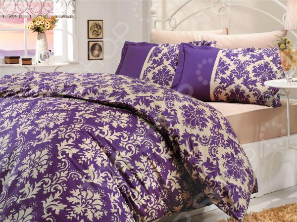 Комплект постельного белья Hobby Home Collection Avangarde. Цвет: фиолетовый. 1,5-спальный1,5-спальные<br>Комплект постельного белья Hobby Avangarde это незаменимый элемент вашей спальни. Человек треть своей жизни проводит в постели, и от ощущений, которые вы испытываете при прикосновении к простыням или наволочкам, многое зависит. Чтобы сон всегда был комфортным, а пробуждение приятным, мы предлагаем вам этот комплект постельного белья. Приятный цвет и высокое качество комплекта гарантирует, что атмосфера вашей спальни наполнится теплотой и уютом, а вы испытаете множество сладких мгновений спокойного сна.  Комплект выполнен из ткани, состоящей на 100 из хлопка, и обладает следующими преимуществами:  Мягкий и приятный на ощупь материал отличается высокой гигроскопичностью и хорошо пропускает воздух.  Рисунок нанесен на ткань с применением современных технологий печати, что делает его не только выразительным, но и долговечным.  Натуральный материал гипоаллергенен и безопасен для здоровья.  Особое переплетение нитей ткани повышает устойчивость к легким механическим повреждениям.  Тип ткани поплин. Своими свойствами он напоминает бязь, однако на ощупь более мягкий и гладкий. Перед первым применением комплект постельного белья рекомендуется постирать. Перед этим выверните наизнанку наволочки и пододеяльник. Для сохранения цвета не используйте порошки, которые содержат отбеливатель. Рекомендуемая температура стирки 40 С и ниже без использования кондиционера или смягчителя воды. Обновите свою кровать таким комплектом постельного белья, и интерьер вашей комнаты заиграет новыми красками.<br>