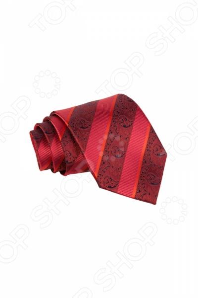 Галстук Mondigo 34913Галстуки. Бабочки. Воротнички<br>Галстук Mondigo 34913 это галстук из высококачественной микрофибры красного цвета, он украшен восточным принтом и изящными толстыми полосками по диагонали. Он выполнен подходит как для повседневной одежды, так и для эксклюзивных костюмов. Подберите галстук в соответствии с остальными деталями одежды и вы будете выглядеть идеально! В современном мире все большее распространение находит классический стиль одежды вне зависимости от типа вашей работы. Даже во время отдыха многие мужчины предпочитают костюм и галстук, нежели джинсы и футболку. Если вы хотите понравится девушке, то удивить ее своим стилем это проверенный метод от голливудских знаменитостей. Для того, чтобы каждый день выглядеть по-новому нет необходимости менять галстуки, можно сменить вариант узла, к примеру завязать:  узким восточным узлом, который подойдет для деловых встреч;  широким узлом Пратт , который прекрасно смотрится как на работе, так и во время отдыха;  оригинальным узлом Онассис , который удивит всех ваших знакомых своей неповторимый формой.<br>