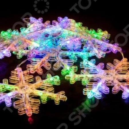 Гирлянда электрическая Новогодняя сказка «Снежинки» 971604Гирлянды<br>Зимние праздники - самые любимые и долгожданные и это не удивительно, ведь Рождество и Новый Год - это всегда ожидание чего-то невероятного, сказочного и волшебного и для того, что бы это волшебство не рассеялось в ежедневных заботах и хлопотах стоит уделить особое внимание украшению интерьера. Дополните традиционную ёлку рождественскими композициями, венками, свечами, гирляндами и конечно не забудьте о праздничном декорировании фасада дома. Гирлянда электрическая Новогодняя сказка Снежинки 971604 - оригинальное рождественское декоративное украшение, которое в сочетании с елкой довершит чудесное преобразование интерьера перед праздником. Гирляндой можно украсить окна или большую ель, окутав ее лампочками. В вечернее и ночное время гирлянда будет светить приятным светом, наполняя помещение праздничным мерцанием. Пусть ваш дом засияет праздничными огнями и заиграет яркими красками и тогда грядущий год непременно принесет в вашу семью счастье и радость.<br>