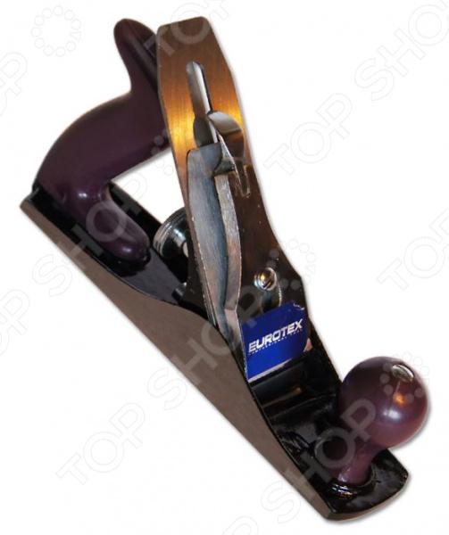 Рубанок EUROTEX 030705-004Рубанки<br>Рубанок EUROTEX 030705-004 применяется для строгания деревянных заготовок с целью получения ровной и гладкой поверхности, а так же для уменьшения их толщины. Он станет отличным дополнением к набору ваших инструментов и пригодится при выполнении различных столярных работ. Рубанок снабжен прочным металлическим корпусом, удобной боковой ручкой и регулировочным механизмом центровки лезвия.<br>