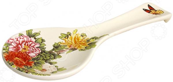Подставка под ложку Imari «Японский сад»Подставки под ложки<br>Готовьте с удовольствием! Зачастую во время готовки накапливается достаточно много кухонных принадлежностей. Где же их располагать Конечно, хозяйке не хочется увеличивать арсенал грязной посуды, поэтому половники, ложки, ножи оказываются прямо на столе. А следом за ними появляются неприятные разводы и пятна жира. Все это вносит хаос в процесс готовки и отвлекает хозяйку от создания кулинарного шедевра. Однако решение найдено! Подставка под ложку Imari Японский сад замечательная помощница на любой кухне. Изделие идеально подойдет для временного хранения использованных кухонных принадлежностей. Ложка не займет много места на столе и принесет огромную пользу во время готовки.  Качественно, практично, красиво! Подставка для ложки изготовлена из высококачественной керамики. Этот материал издревле известен своими полезными качествами:  Не содержит токсичных веществ и тяжелых металлов;  Отлично взаимодействует с продуктами питания;  Во время готовки выделяет влагу, что способствует равномерному приготовлению пищи;  Подходит для длительного хранения продуктов;  Легко очищается от загрязнений;  Выдерживает воздействие повышенных температур;  Не впитывает запахи. Глазурованное покрытие придает изделию роскошный внешний вид, защищает от царапин и повреждений. Керамическую подставку можно мыть в посудомоечной машине. Самое главное не использовать абразивные чистящие средства и жесткие губки! Хозяйку порадуют не только достойные потребительские качества изделия, но и его оригинальный дизайн. Роскошный цветочный узор на светлом фоне будет радовать глаз и настроит на позитив. Готовка превратится в настоящий праздник души, а кухня приобретет новые свежие нотки. Imari это превосходное качество, продуманный до мелочей дизайн и залог комфорта в вашем доме. Каждое изделие, созданное умелыми руками мастеров, являет собой миниатюрное произведение искусства. Imari предлагает покупателям широчайший ассортимент керамической посу