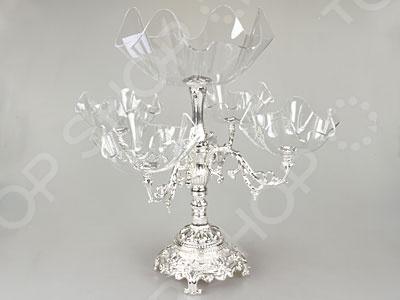 Ваза с розетками Rosenberg универсальная ваза, выполненная из качественного стекла и металла с никеле-серебряным покрытием. Такая ваза на прочной украшенной длинной ножке с одной большой пиалой и 4-мя поменьше будет отлично смотреться с любой сервировкой стола и не останется незамеченной. Ажурная детализация будет прекрасным украшением любого содержимого и стола в целом. В неё можно будет поместить фрукты или конфеты. Такая декоративная ваза с розетками станет прекрасным подарком для близкого человека, красоту и практичность которой оценят по достоинству.