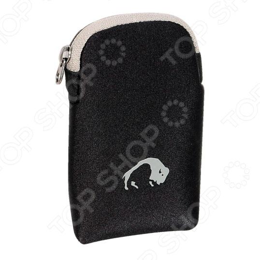 Сумочка Tatonka Neopren Zip Bag позволит вам обеспечить безопасность ваших цифровых устройств и защитить их от возможных ударов, падений и прочих вредоносных воздействий. Вы можете поместить внутрь фотоаппарат, телефон, очки и надежно защитить их от влаги, а так же повреждений.