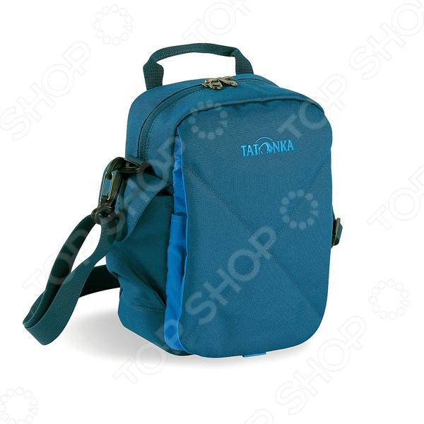 Сумка Tatonka Check In XT 2967 это удобная и компактная сумка, в которой вам удастся разместить все необходимые документы и мелочи, без которых невозможно обойтись как в путешествии, так и в повседневной жизни. Практичности в использование сумки Tatonka Check In XT 2967 добавляет возможность ношения ее, как в руке, так и на плече. К ее основным особенностям относятся:  Основное отделение с внутренним карманом на молнии  Кармана на молнии с тыльной стороны  Петля для крепления на поясной ремень  Отстегивающийся плечевой ремень  Карман под мобильный телефон  Ручка  Карман на молнии под откидной крышкой  Органайзер под откидной крышкой. Добавьте в свою жизнь удобства, вместе с сумкой Tatonka Check In XT 2967.