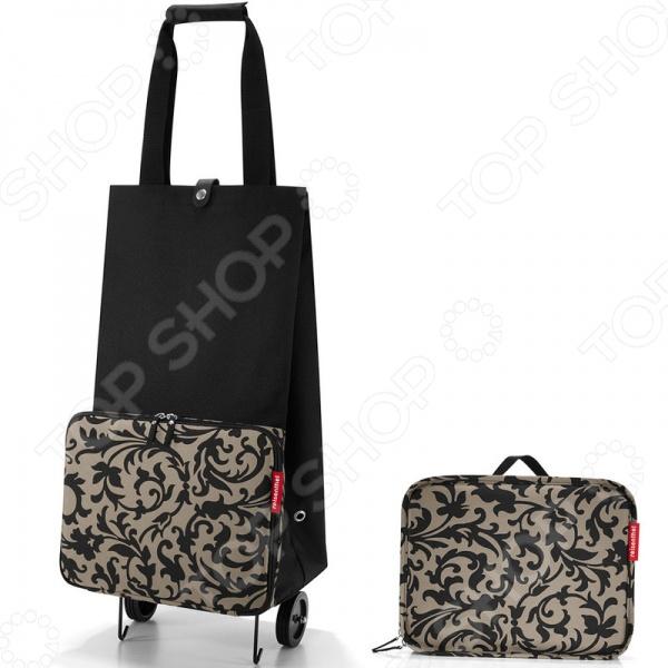 Сумка-тележка складная Reisenthel Foldabletrolley baroque taupe - отличная находка для тех, кто часто ездит по магазинам, но при этом не любит таскать с собой тяжелые пакеты или сумки. Удобное приспособление представляет собой идеальное сочетание практичной сумки и удобной тележки. Главная особенность этой сумки в том, что она складывается до очень компактного размера 6,5х25х32,5 см , так что её без труда можно нести в руках. С ней вы сможете забыть о неудобных и постоянно рвущихся пакетах, которые не только мешаются, но и очень негативно влияют на окружающую среду. Сумка способно вместить до 30 л, поэтому вы её можете взять с собой даже на контрольную закупку. Преимущества сумки-тележки Foldabletrolley baroque taupe на колесиках:  складывается в 3 приема;  основное отделение застегивается на кнопку;  есть дополнительное отделение на молнии;  ручки соединяются между собой на липучки;  прочная задняя стенка;  кромки днища укреплены и защищены;  устойчивое основание.