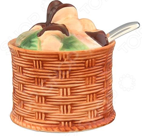 Банка для хранения Elan Gallery «Грибы»Банки для хранения<br>Банка для хранения Elan Gallery Грибы оригинальное и полезное дополнение для вашей кухни. Баночка в виде корзинки с грибами прекрасно подойдет для хранения чая и кофе, сахара, соли, специй и пр. Благодаря плотно закрывающейся крышке содержимое емкости надолго сохранит свой аромат и свежесть. Оригинальный дизайн и насыщенная расцветка изделия делают его самым настоящим украшением кухонного интерьера и обеденного стола. Полезные свойства:  Оригинальный дизайн;  Универсальность;  Высококачественный материал керамика;  Герметичная крышка;  Укомплектованная ложечка;  Компактные размеры;  Насыщенная цветовая гамма;  Легкость использования. Качество изделия: Банка изготовлена из высококачественной керамики, которая обладает широчайшим спектром достоинств. Она не содержит вредных компонентов и прекрасно взаимодействует с продуктами, легко очищается и не впитывает запахи. Керамика устойчива к повышенным температурам, воздействию различных химических веществ и абразивов.<br>