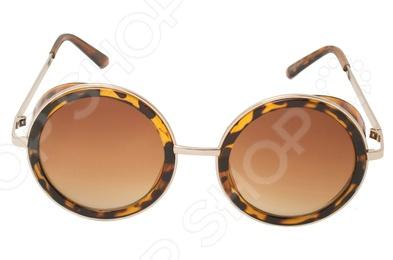 Очки поляризационные Mitya Veselkov OS-18Очки<br>Очки поляризационные Mitya Veselkov OS-18 станут прекрасным дополнением к набору ваших аксессуаров. Они прекрасно сидят, имеют оригинальный дизайн и эффективно защищают глаза от ультрафиолетовых лучей. Внешне очки данного типа очень похожи на привычные солнцезащитные, однако на самом деле очень отличаются от них. Главной особенностью линз с поляризацией является их способность блокировать солнечный свет, отраженный от горизонтальных поверхностей. Больше всех эффект поляризации могут оценить люди, которые много находятся за рулем. Мокрый асфальт, водная гладь или заснеженный пейзаж могут нести серьезную опасность, т.к. являются источниками отражений. Попав в такое положение, водитель может на мгновение ослепнуть , а это неминуемо ведет к потере контроля за ситуацией на дороге. Поляризационные очки позволяют вам избавиться от подобных проблем, уменьшая усталость глаз, раздражение сетчатки и повышая, в свою очередь, зрительный комфорт.<br>