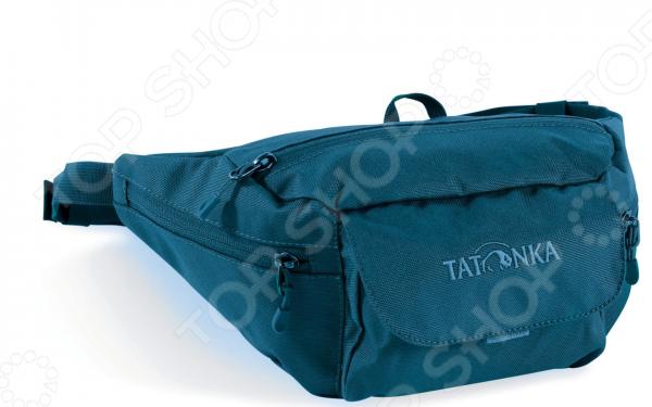 Сумка поясная Tatonka Funny Bag M это отличный способ носить с собой необходимые мелочи и при этом не занимать руки. Такую сумку по достоинству оценят любители путешествий и прогулок на велосипедах. В сумке есть четыре кармана, в которые вы сможете положить все, что может вам потребоваться в дороге. Дополнительную безопасность содержимого обеспечивают замки на молнии и на липучке.