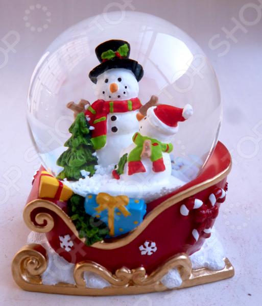 Снежный шар декоративный Crystal Deco «Снеговики в санях»Рождественские декорации<br>Зимние праздники самые любимые и долгожданные и это не удивительно! Ведь Рождество и Новый Год это всегда ожидание чего-то невероятного, сказочного и волшебного! Для каждого, праздник представляется по своему: кто-то любит его отмечать дома за праздничным столом в кругу семьи, для кого-то это замечательный повод устроить веселый костюмированный карнавал, кто-то и вовсе предпочитает отправиться в заснеженные дали, отмечать праздник в гостях у самого Деда Мороза! Однако, где бы и как бы вы не отмечали зимние праздники, для создания по-настоящему праздничной и сказочной атмосферы очень важно уделить особое внимание украшению и оформлению интерьера. Яркие елочные шары, свечи и разноцветные огни гирлянд и конечно празднично украшенная елка все это поможет воссоздать атмосферу настоящей новогодней сказки. Снежный шар декоративный Crystal Deco Снеговики в санях - традиционное рождественское украшение, которое уже на протяжении многих лет является самым популярным сувениром не только для взрослых, но и для детей. Снежный шар - необычное украшение, которое подарит каждому возможность в полной мере ощутить магию рождества: стоит встряхнуть шар и на фигурки находящиеся внутри посыпется снег . Разве не чудо Порадуйте своих друзей и родных таким милым и приятным презентом, подарите им возможность почувствовать себя настоящими волшебниками в канун зимних праздников! Такой презент может стать оригинальной альтернативой поздравительной открытке. Размер 8,5 6.5 см.<br>