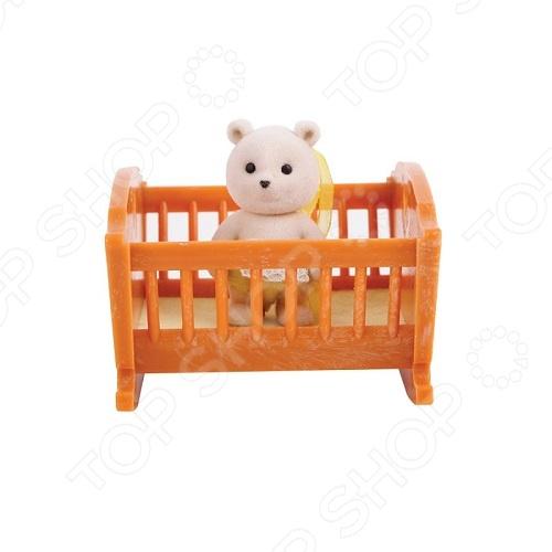 Набор игровой Village Story «Малыш медвежонок с кроваткой»Игровые наборы для девочек<br>Набор игровой Village Story Малыш медвежонок с кроваткой - оригинальный детский набор, который состоит из маленького игрушечного медвежонка, с кроваткой. Фигурки выполнены с приятной реалистичной детализацией. Пластиковая основа медвежонка покрыта мягким флоком, который делает игрушку очень мягкой для нежных рук ребенка. Медвежонок одет в розовый подгузник, застегивающийся на липучке. С такой игрушкой можно будет придумать множество сюжетных игр, которые позволят применить всю детскую фантазию. Такой набор станет отличным подарком для вашего ребенка. Легкий вес набора и компактность позволят брать его с собой в дорогу.<br>