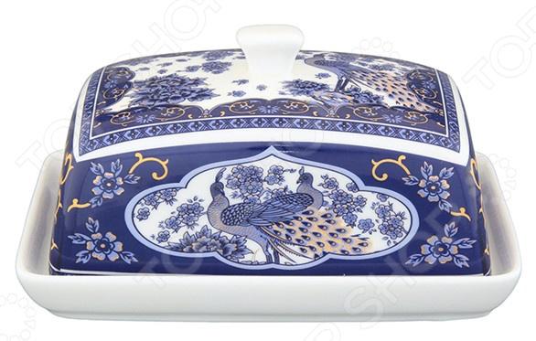 Масленка Elan Gallery «Павлин синий»Масленки и паштетницы<br>Масленка Elan Gallery Павлин контейнер для хранения масла, маргарина и прочего. Она может сохранить натуральный вкус и насыщенный запах. Компактный дизайн позволит более удобное расположение при сервировке стола. Внешняя сторона украшена декоративным рисунком. Сделана из керамики экологически чистый материал, обеспечивает быстрое охлаждение продукта и долгое сохранение прохлады, а также сохраняет все качества самого масла. Для чистки масленки не следует использовать абразивные моющие средства.<br>