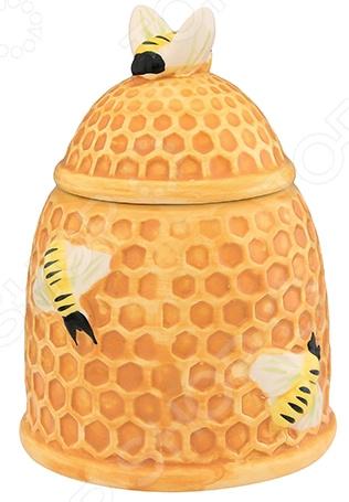 Горшочек для меда Elan Gallery «Пчелки на сотах»Банки для меда. Розетки<br>Горшочек для меда Elan Gallery Пчелки на сотах сосуд для хранения меда в оригинальном исполнении. Зачем хранить драгоценный продукт в обычной стеклянной банке, когда для этих целей была создана специальная емкость из керамики. В таком горшочке мед не только удобно хранить, но и подавать к столу во время семейного чаепития.  Горшочек можно держать на виду благодаря красивому дизайну, он только добавит изюминку интерьеру вашей кухни.  Стенки сосуда непрозрачные, поэтому его содержимое будет в безопасности от воздействия дневного света. Но в любом случае настоятельно рекомендуется избегать прямого попадания прямых солнечных лучей на горшочек, ведь нагрев негативно сказывается на свойствах меда и разрушает его структуру.  Изделие может стать запоминающимся подарком дорогому человеку, особенно если его дополнить ароматным медом. Горшочек изготовлен из керамики. Материал идеально подходит для хранения пищевых продуктов, он экологичен и безопасен для здоровья. Легко моется в теплой воде с небольшим количеством моющего средства для посуды.<br>