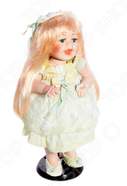 Кукла коллекционная «Галина»Статуэтки и фигурки<br>Фарфоровые куклы всегда были воплощением красоты, утонченности и изящества. Их история и массовая популяризация началась со стремления Франции окончательно закрепить за собой статус страны-законодательницы мод. В то время куклы использовались в роли уменьшенных манекенов для демонстрации различных нарядов, аксессуаров и косметики. Сегодня же они являют собой настоящие произведения искусства, которые становятся центром музейных экспозиций и знаменитых кукольных коллекций. Кукла коллекционная Галина займет почетное место в вашей домашней коллекции. Ее образ изыскан и неповторим, отличается великолепной проработкой и особым вниманием к деталям. Галочка наряжена в пышное нежно-салатовое платьице и ботиночки, ее светлые волосы уложены в красивую прическу. Платье куклы украшено оборками и кружевными вставками.<br>