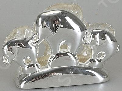 Салфетница Rosenberg S-1828 стильная салфетница декорированная симпатичными слониками. Выполнена из металла с никеле-серебряным покрытием. Такая модель салфетницы будет отлично смотреться с любой праздничной сервировкой стола. Открытое оформление позволит удобно заполнять и извлекать салфетки. Материал легко прочищается под проточной водой. С такой салфетницей ваш стол будет выглядеть совершенно по-новому.