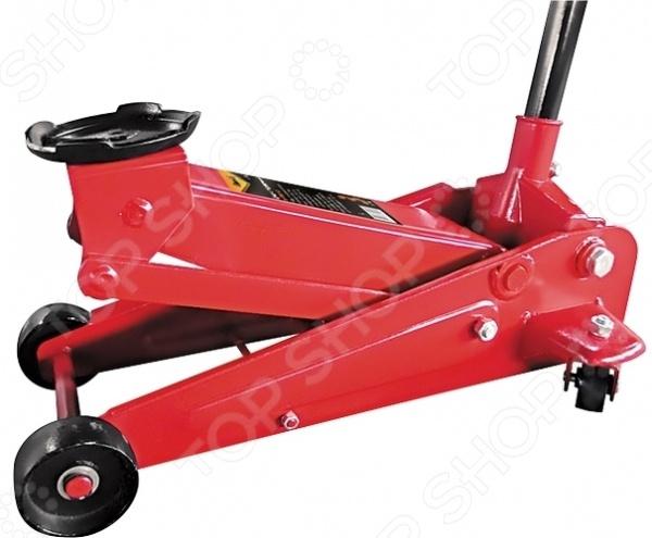 Домкрат гидравлический подкатной SPARTA 510105Домкраты<br>Домкрат гидравлический подкатной SPARTA 510105 используется для подъема груза массой до трех тонн. Это незаменимый элемент любого автосервиса, он также часто применяется во время ремонтно-строительных работ. Специальный клапан безопасности предотвращает поднятие груза, вес которого превышает максимально допустимый. Перед поднятием груза пользователь должен быть уверен, что груз распределен равномерно по центру опорной поверхности домкрата. Во время работы инструмент должен быть расположен на ровной горизонтальной поверхности. После того, как груз был поднят, необходимо использовать специальные стойки для его поддержки. Минимальная высота подхвата 13 см, максимальная высота подъема 49 см.<br>