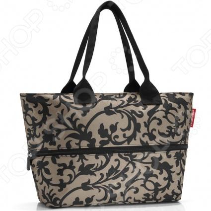 Сумка для покупок Reisenthel Shopper E1 baroque taupe - стильная сумка, с оригинальным дизайном. Такую удобную сумку можно использовать для шоппинга или путешествий. Если отстегнуть, специально располагающуюся по центру молнию, увеличится ее вместимость с 12 литров до 18 . Благодаря качественному материалу изготовления, легко моется и быстро сушится. Внутри сумки карман на молнии для мелочей. Две ручки позволяют удобно повесить её на плечо. Компактная сборка не займет много места и выручит в сложной ситуации.