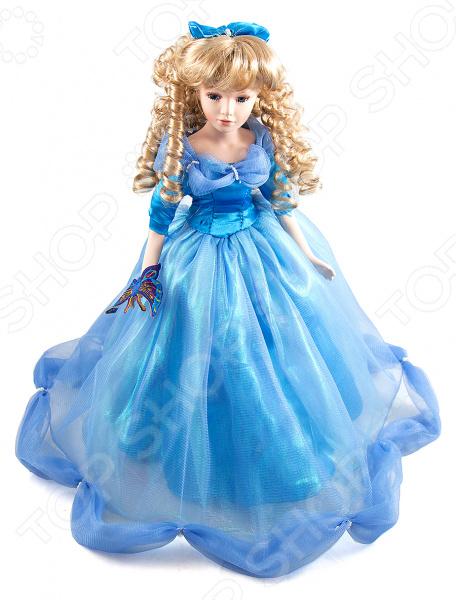 Кукла коллекционная «Сильвия»Статуэтки и фигурки<br>Кукла коллекционная Сильвия настоящее произведение искусства, отличающееся невероятной красотой, живостью и реалистичностью исполнения. Насыщенные тона в сочетании с легкими материалами создают ощущение воздушности. Изящная и утонченная кукла станет прекрасным украшением интерьера и предметом восхищения всех гостей и домочадцев. У куклы очень доброе лицо и выразительные глаза, пушистые ресницы и светлые кудрявые волосы. Ее роскошный наряд с оборочками и кружевами дополнен аксессуарами чудным бантом и аппликацией с бабочкой. Все детали коллекционной куклы продуманы до мелочей. Ее тело пропорционально и гармонично, выполнено из тончайшего фарфора молочного цвета. Такая кукла обязательно займет почетное место на полке и станет источником вашего вдохновения.<br>