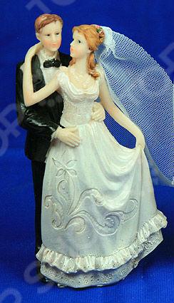 Фигурка декоративная «Свадебная» 127840Статуэтки и фигурки<br>Фигурка декоративная Свадебная 127840 изящная статуэтка, выполненная в классическом свадебном стиле. Красивая фигурка станет оригинальным декоративным украшением главного стола жениха и невесты или центральным элементом поздравительной композиции. Сувенир также послужит идеальным подарком для молодоженов или юбилейных пар. Стильная, элегантная пара жениха и невесты выполнена из высококачественно полистоуна и отличаются высоким качеством исполнения и завидной износоустойчивостью. Этот современный материал сочетает в себе красоту натурального камня и практичность полимерных материалов. В его основе лежит акриловая смола, гидроксид алюминия и различные пигменты, благодаря чему его структура однородна. Этот материал не впитывает запах, влагу, поэтому не подвержен гниению, развитию бактерий и плесени. Он также устойчив к воздействию солнечных лучей, что позволяет ему сохранять своей первоначальный внешний вид долгие годы.<br>