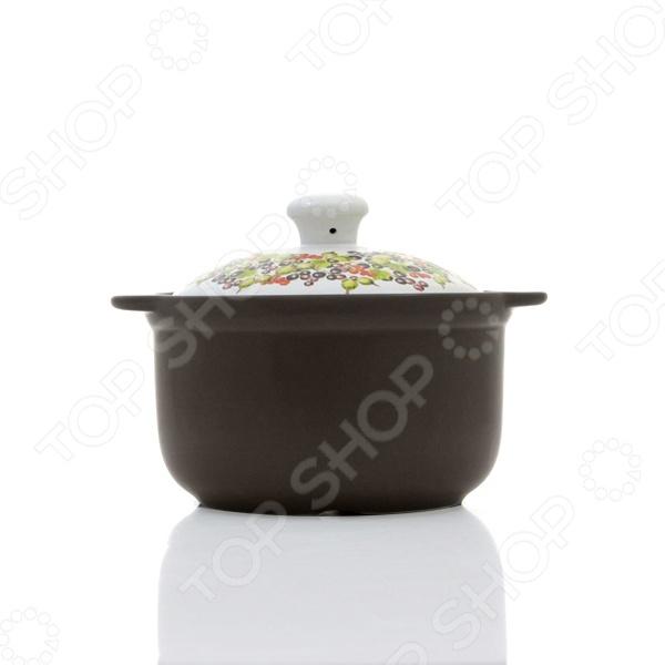Кастрюля керамическая с крышкой Едим Дома Narino «Венето»Кастрюли<br>Кастрюля керамическая с крышкой Едим Дома Narino Венето из высококачественной керамики. Этот материал идеально подходит для приготовления самых разнообразных блюд: взаимодействуя с продуктами питания, он не влияет на них отрицательно. Наоборот, вкус и аромат блюд раскрываются, становясь богаче и сочнее. Еще одно преимущество керамики равномерный нагрев, что предотвращает пригорание пищи. Керамическая крышка, в свою очередь, формирует в емкости оптимальную температуру для быстрого приготовления продуктов. Готовое блюдо еще достаточно долго будет сохранять свое тепло, избавив вас от необходимости его дополнительного подогрева. Кастрюлю можно очищать как вручную, так и в посудомоечной машине. Во время мытья не рекомендуется использовать чистящие средства с абразивными включениями. Кастрюля представлена в теплой расцветке и украшена чудесным растительным орнаментом, благодаря чему она станет настоящим украшением кухонного интерьера и, без сомнений, любимицей каждой хозяйки.<br>