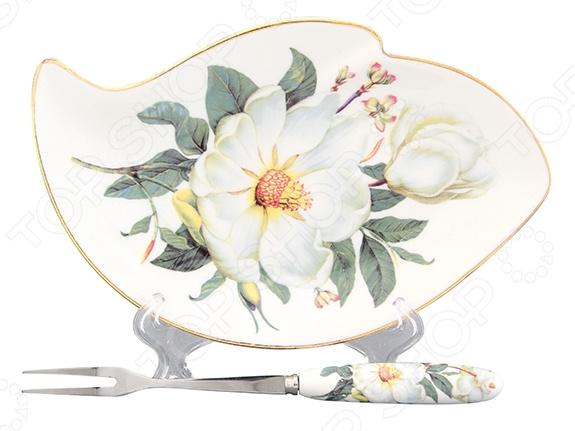 Тарелка для лимона с вилкой Elan Gallery «Белый шиповник» 503564Сервировочные блюда и тарелки<br>Красиво сервировать чай целое искусство, поэтому нельзя упускать из виду даже самые незначительные детали. Стоит задуматься не только о том, как подать к чаю десерт, сахар, варенье или мед, но и о том, как красиво сервировать нарезанный лимон. Можно воспользоваться обычной тарелкой из столового сервиза, но на специальной подставке это традиционное дополнение к чаю будет смотреться намного эффектнее. Тарелка для лимона с вилкой Elan Gallery Белый шиповник 503564 оригинальный и необычный предмет, который найдет своей применение на любой современной кухне. Специальная тарелочка предназначена для красивой сервировки нарезанных долек лимона или любой другой нарезки. В комплекте имеется специальная вилка для лимона с двумя зубцами. Эта тарелка выполнена из качественной керамики, которая отличается прекрасными эксплуатационными характеристиками:  ей не страшны ни высокие температуры, ни следы от слишком крепкого напитка;  не теряет свои качества даже после многолетнего использования;  долговечна при правильном и аккуратном обращении;  не выделяет неприятного запаха при нагревании. Изделие выполнено в форме волны и оформлено оригинальным дизайнерским узором. Тарелка для лимона также отличается простотой в уходе, её достаточно вымыть водой с обычными моющими средствам и она готова к новым испытаниям. Не используйте абразивные моющие средства. Не используйте в микроволновой печи.<br>