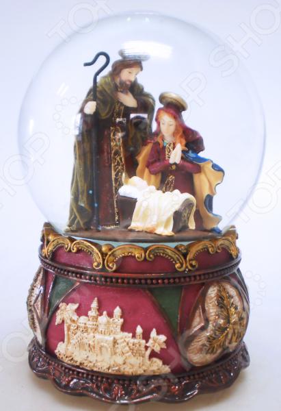 Снежный шар музыкальный Crystal Deco «Рождество» 1707562Рождественские декорации<br>Зимние праздники самые любимые и долгожданные и это не удивительно! Ведь Рождество и Новый Год это всегда ожидание чего-то невероятного, сказочного и волшебного! Для каждого, праздник представляется по своему: кто-то любит его отмечать дома за праздничным столом в кругу семьи, для кого-то это замечательный повод устроить веселый костюмированный карнавал, кто-то и вовсе предпочитает отправиться в заснеженные дали, отмечать праздник в гостях у самого Деда Мороза! Однако, где бы и как бы вы не отмечали зимние праздники, для создания по-настоящему праздничной и сказочной атмосферы очень важно уделить особое внимание украшению и оформлению интерьера. Яркие елочные шары, свечи и разноцветные огни гирлянд и конечно празднично украшенная елка все это поможет воссоздать атмосферу настоящей новогодней сказки. Снежный шар музыкальный Crystal Deco Рождество 1707562 - традиционное рождественское украшение, которое уже на протяжении многих лет является самым популярным сувениром не только для взрослых, но и для детей. Модель отличается музыкальным сопровождением, красивым рождественским сюжетом и превосходным исполнением. Такой презент может стать оригинальной альтернативой поздравительной открытке.<br>