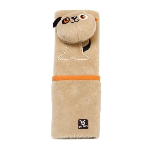 Накладка для ремня безопасности BenBat Собака - оригинальная и удобная наладка для ремня безопасности. Представляет собой необычную мягкую игрушку, которая выполняет довольно важную функцию. В ней расположен кармашек, в который можно расположить самые необходимые вещи: куклу, плеер или салфетки. Такая наладка в виде забавного зверенка поможет провести время в путешествии максимально комфортно. Мягкая и удобная накладка не позволит ремню пережимать или стягивать шею и грудь ребенка. Также накладка исключает натирание тугим и жестким материалом ремня.