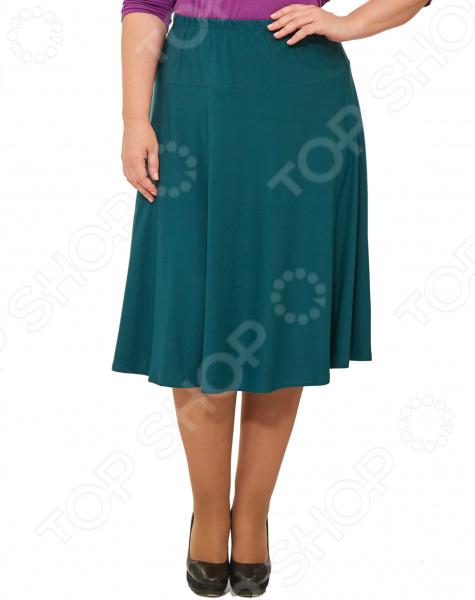 Юбка Svesta «Розалинда». Цвет: темно-зеленыйЮбки<br>Юбка Svesta Розалинда прекрасная вещь для создания легкого женственного образа, которая идеально впишется в весенне-летний гардероб благодаря свободному крою и приятному материалу. Удобная юбка сделана из легкой ткани, поэтому прекрасно подойдет для повседневного использования.  Пояс на резинке удобно сидит на талии и не ограничивает движений.  Юбка 4-х клинка на кокетке до бедра.  Длина чуть ниже колена.  На фото с блузой Тутси . Юбка сшита из приятной на ощупь ткани 70 полиэстер, 25 вискоза, 5 лайкра . Материал не мнется, не скатывается и не линяет, быстро высыхает после стирки.<br>