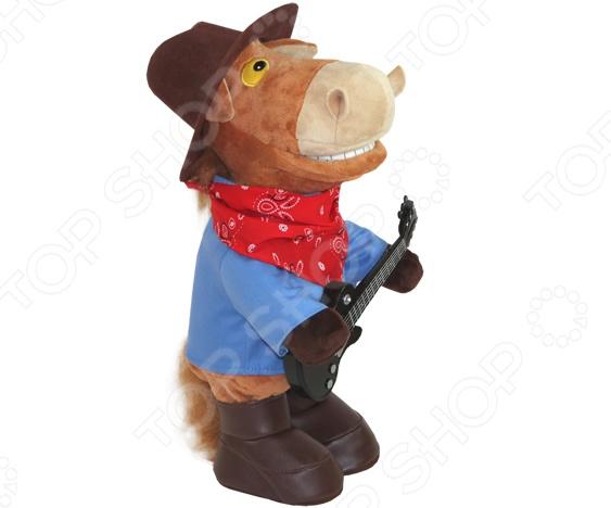Игрушка интерактивная поющая Ваш подарок «Конь Ковбой. Гитарист»Интерактивные подарки<br>Игрушка интерактивная поющая Ваш подарок Конь Ковбой. Гитарист станет отличным подарком для людей с хорошим чувством юмора. Лихой ковбой в шляпе и красной бандане никого не оставит равнодушным, рассмешит и поднимет настроение всем без исключения. При включении он начинает играть на гитаре, напевая известную песню группы Ленинград  Я твой ковбой . Игрушка работает от трех батареек типа АА приобретаются отдельно .<br>