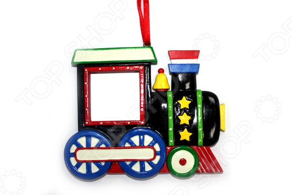 Елочное украшение Crystal Deco «Рождественский паровозик»Новогодние шары. Игрушки<br>Елочные игрушки уже давно стали настоящим символом Нового года. Они несут в себе не только декоративную функцию, но полностью передают все волшебство и красоту праздника. С их помощью вы сможете создать атмосферу непринужденного веселья и радости, у вас дома, а самые яркие и запоминающиеся елочные игрушки будут дарить вам теплоту воспоминаний. Они могут принимать вид не только простых новогодних шаров, но и целых композиций, которые подражают своей детализацией. Елочное украшение Crystal Deco Рождественский паровозик идеальный элемент традиционного новогоднего декора. С его помощью вы не только сможете эффектно украсить вашу елочку, но и красиво оформить различные предметы интерьера. Яркое и красочное елочное украшение выполнено в виде очаровательной композиции - новогоднего поезда. С такой игрушкой ваша праздничная елочка засверкает новыми цветами и формами. Так как украшение выполнено из полирезины, вам не придется переживать о том, что оно случайно упадет и разобьется. Елочное украшение Crystal Deco Рождественский паровозик также станет великолепным новогодним сувениром для ваших родных и друзей!<br>