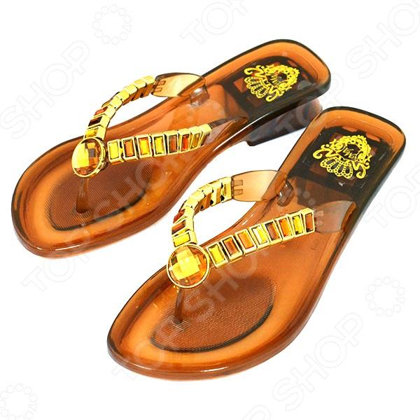 Сабо «Кармелита»Сабо<br>Сабо Кармелита невероятно удобная обувь для летнего сезона. Иногда так трудно подобрать комфортную и одновременно модную обувь, однако сабо помогут решить вам эту задачу. Ногам в них легко и не жарко, при этом они подойдут как для прогулок, так и для домашнего использования.  Верхняя часть декорирована искусственными камнями и стразами, которые красиво переливаются на солнце.  Низкая устойчивая подошва из резины с невысоким каблучком.  Идеальный вариант для отдыха на пляже.<br>