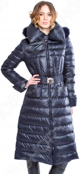 Пуховое пальто Sirenia Моника. Цвет: синийВерхняя одежда<br>Представляем вашему вниманию женское пуховое пальто модель МОНИКА, необычайно красивое, элегантное и функциональное. Эта модель создавалась итальянской дизайн-студией Sirenia , основные задачи были создание элегантной и практичной модели для любого возраста. Ткани высококачественные, производства Италии. Внешняя ткань плащевая ткань. Утеплитель натуральный гусиный пух российского производства, состоящий из 85 пуха и 15 пера, что позволяет чувствовать себя комфортно и тепло даже в самый лютый мороз. Комфорту также способствует и длина модели почти до щиколоток, а также теплый капюшон, отделанный финским енотом. Очень удобные и глубокие карманы будут отлично согревать руки. Отдельно хочется сказать про подкладку поливискоза, производство Франция. Поливискоза это наиболее приближенная к натуральным ткань, состоящая из 50 вискозы и 50 полиэстера, что обеспечивает хорошую теплопроводимость, тело дышит , что очень важно при перепадах температур. Мы используем только качественную итальянскую фурнитуру. Итальянские дизайнеры всегда славились тем, что создавали ультра современные модели и МОНИКА не исключение. Данная модель это воплощение элегантности и утонченности, она выглядит лаконично, стильно и дорого , что полностью вписывается в концепцию трендов этого сезона. Данная модель подходит для любых возрастов и ситуаций, в ней можно выйти на работу, равнозначно как и в театр или ресторан. Дизайнеры Sirenia всегда особое внимание уделяют силуэту. В данной модели очень удачно просматривается силуэт песочные часы , что стройнит и красит любую женщину. Модель МОНИКА выполнена из дорогих и высококачественных материалов,все сделано с любовью такая вещь будет служить очень долго, в этой куртке любая женщина будет чувствовать себя уникальной. Кстати об уникальности: все наши изделия, несмотря на итальянские материалы и дизайн, сделаны в России небольшими партиями, что гарантирует эксклюзивность любого нашего изделия.<br>