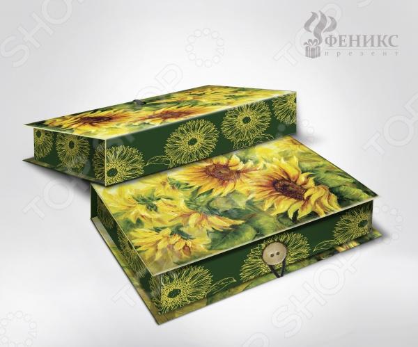 Шкатулка-коробка подарочная Феникс-Презент Подсолнухи - красивая и оригинальная шкатулка, которая станет завещающим штрихов в элегантном оформлении вашего подарка. Даже небольшой знак внимания, преподнесенный в красивой и изысканной упаковке, станет эффектным и запоминающимся. К тому же эта удивительная коробочка сможет послужить своему новому владельцу в качестве удобного места для хранения различных мелочей. Изделие выполнено из плотного мелованного, ламинированного картона, плотность которого составляет 1100 г м2. Особенности подарочной шкатулки-коробчки Феникс-Презент Подсолнухи :  полноцветный декоративный рисунок на внутренней и наружной части;  крышка оформлена великолепным рисунком ярких солнечных цветов, которые придутся по вкусу ценителям стильных и элегантных вещей;  оригинальная застежка в виде пуговки. Преподнесите свой незабываемый подарок в шкатулке-коробке Феникс-Презент Подсолнухи !