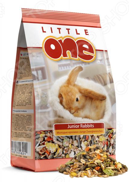 Корм для молодых кроликов Little One с витаминами и минераламиКорм<br>Корм для молодых кроликов Little One с витаминами и минералами сбалансированная смесь для ежедневного употребления кроликами в возрасте до 6 месяцев. Корм обогащен питательными веществами и аминокислотами, которые способствуют росту и развитию организма. Корм содержит особую добавку орегано, которая препятствует развитию кокцидиоза заболевания, характерного для молодых особей. Состав: травяные гранулы, соя, люпин, воздушная пшеница, кароб, кукуруза, горох, подсолнечник, морковь, люцерна, душица, орегано. Содержание: белки 17 , жиры 5 , клетчатка 15 , зола 7 , кальций 0,7 , фосфор 0,5 ; витамины А 15200МЕ кг, D3 1100МЕ кг, Е 150мг кг, биотин 300мкг кг, сульфат меди II 5мг кг, йод 2мг кг. Рекомендации по кормлению: суточный объем порции составляет 30г на зверька в зависимости от его размера. Кормить необходимо 2-3 раза в день в одно и то же время. Необходимо следить за тем, чтобы у зверька всегда была свежая вода. Кормление смесью следует сочетать со свежей зеленью, овощами, травой, ветками лиственных пород деревьев, сеном.<br>