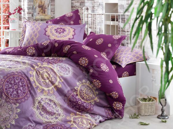 Комплект постельного белья Hobby Home Collection Ottoman. Цвет: фиолетовый. ЕвроЕвро<br>Здоровый и комфортный сон зависит не только от того насколько удобные и мягкие ваш матрас и подушка. Не в последнюю роль играет постельное белье, на котором вы спите каждый день. Очень важно при выборе постельного белья ориентироваться не только на его цену и яркий дизайн, но и на качество, и плотность, тип материала. Жесткие и плотные ткани, пусть даже и натуральные, не подходят для ежедневного использования, ведь они могут причинить коже удивительный дискомфорт, вызвав её покраснения и раздражения. На такой постели также часто образуются катышки, которые в конец портят внешний вид белья и ваше настроение. Постельное белье премиум качества! Комплект постельного белья Hobby Home Collection Ottoman. Цвет: фиолетовый роскошное, современное сатиновое постельное белье, которое покорит вас своей красотой, элегантностью, прочностью и изысканностью. Благодаря тому, что эта ткань изготавливается из натурального хлопкового материала комбинированного плетения, он сочетает в себе прочность, легкость и удивительную износоустойчивость! 90 переплетений нитей на один квадратный сантиметр делают сатин плотным. Эта ткань относится к категории премиум тканей и носит название хлопкового шелка , поэтому идеально подходит для повседневного использования. Белье из такой ткани имеет благородный блеск, утонченный внешний вид и дарит приятные прикосновения.  Выбирайте для вашего дома только самое лучшее! Этот комплект постельного белья обладает рядом достоинств, которые вы сможете высоко оценить:  сатиновое постельное белье не электризуется и практически не мнется;  за счет шероховатой поверхности изнаночной стороны не скользит по кровати;  плотное переплетение крученых нитей позволяет белью сохранить свою первоначальную форму даже после многочисленных стирок;  прекрасно пропускает воздух и впитывает влагу;  натуральные хлопковые волокна являются неблагоприятной средой для размножения пылевых клещей и гр