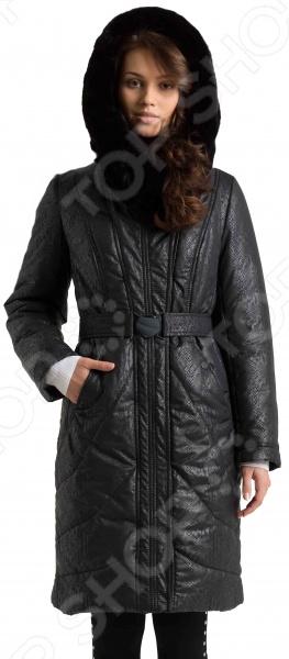 Пальто Electrastyle «Яна». Рост: 170Верхняя одежда<br>Пальто Electrastyle Яна сшито с учетом всех особенностей женской фигуры. Оно идеально подойдет для женщин любого возраста и комплекции, ведь продуманный дизайн изделия позволяет скрыть недостатки и подчеркнуть достоинства фигуры.  Классическая модель с приталенным силуэтом.  Оригинальный воротник, переходящий в капюшон, отделан искусственным мехом под кролика породы рекс.  Застежка на молнию закрывается планкой с 7 заклепками.  Эластичный ремень с пряжкой подчеркивает линию талии.  Карманы расположены в декоративных подрезах. Пальто сшито из плащевой ткани, состоящей на 100 из полиэстера, и утеплено шелтером.<br>