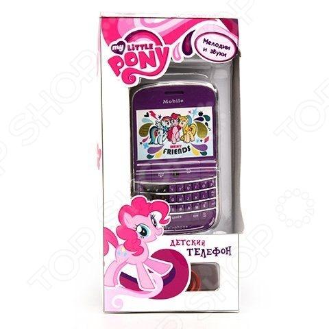Телефон обучающий Hasbro на батарейкахДетские обучающие планшеты, компьютеры и телефоны<br>Телефон обучающий Hasbro на батарейках станет чудесным подарком для юной поклонницы популярного анимационного сериала Дружба это чудо . Игрушка выполнена в виде фиолетового смартфона и украшена изображениями любимых мультипликационных героев. Для большей реалистичности телефон снабжен интерактивными звуковыми эффектами. Предназначено для детей в возрасте от 3-х лет.<br>