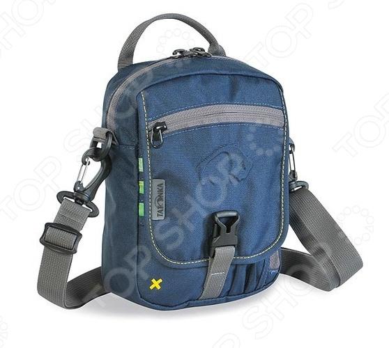 Сумка Tatonka Check In 2966 это удобная и компактная сумка, в которой вам удастся разместить все необходимые документы и мелочи, без которых невозможно обойтись как в путешествии, так и в повседневной жизни. Практичности в использование сумки Tatonka Check In 2966 добавляет возможность ношения ее, как в руке, так и на плече. К ее основным особенностям относятся:  Основное отделение с внутренним карманом на молнии  Кармана на молнии с тыльной стороны  Петля для крепления на поясной ремень  Отстегивающийся плечевой ремень  Карман под мобильный телефон  Ручка  Карман на молнии под откидной крышкой  Органайзер под откидной крышкой. Добавьте в свою жизнь удобства, вместе с сумкой Tatonka Check In 2966.