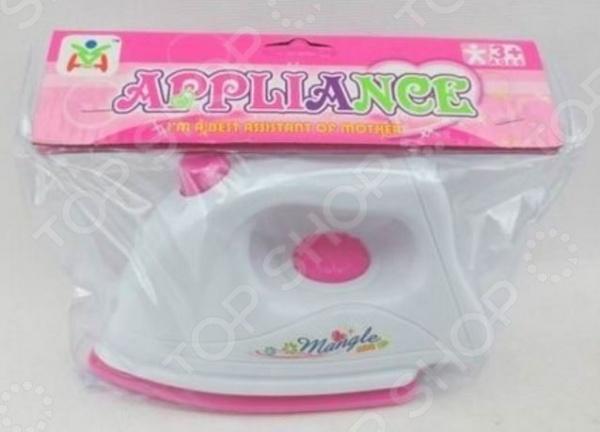 Утюг игрушечный Mangle 1716994Сюжетно-ролевые наборы<br>Не секрет, что девочки любят во всем подражать своим мамам. Утюг игрушечный Mangle 1716994 станет отличным подарком для вашей любимой доченьки. Малышка попробует себя в роли маленькой хозяюшки и поможет маме поскорее управиться с домашними делами. Для большей реалистичности игрушка снабжена световыми эффектами. Утюжок работает от двух батареек типа АА не входят в комплект поставки . Рекомендовано для детей в возрасте от 3-х лет.<br>