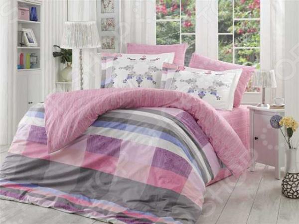 Комплект постельного белья Hobby Alanza. Цвет: лиловый. 2-спальный2-спальные<br>Спокойный и здоровый сон для человека также жизненно необходим, как и свежий воздух, ведь именно выспавшись, вы полны новых идей и сил для их реализации. Но возможен ли приятный сон на твердой кровати или некачественном постельном белье Конечно же, нет. Именно поэтому мы с гордостью представляем загадочный, фантастически красивый и роскошный комплект постельного белья от производителя Hobby.  Hobby Alanza это постельное белье нового поколения , предназначенное для молодых и современных людей, желающих создать модный интерьер спальни и сделать быт более комфортным. Комплект изготовлен из поплина. Материал мягкий и приятный на ощупь, не требует специального ухода, выдерживает множество стирок и великолепно держит форму. Эта ткань более прочная, чем аналогичная по плотности бязь. Яркий цвет и высокое качество продукции гарантируют, что атмосфера вашей спальни наполнится теплотой и уютом, а вы испытаете множество сладких мгновений спокойного сна. При изготовлении постельного белья Hobby используются устойчивые гипоаллергенные красители. Почему стоит выбрать постельное белье от бренда Hobby  Изготовлено из экологически чистого, гипоаллергенного материала.  Отличается высокой гигроскопичностью и хорошо пропускает воздух.  Дополнено геометрическим рисунком, который оживит помещение.  Легко в уходе, не выцветает даже после множества стирок.  Ткань имеет 63 переплетения нитей на 1 см2. В качестве сырья для изготовления данного комплекта постельного белья использованы нити хлопка. Натуральное хлопковое волокно известно своей прочностью и легкостью в уходе. Волокна хлопка состоят из целлюлозы, которая отлично впитывает влагу. Хлопок дышит и согревает лучше, чем шелк и лен. Поэтому одежда из хлопка гарантирует владельцу непревзойденный комфорт, а постельное белье приятно на ощупь и способствует здоровому сну.<br>