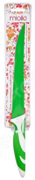 Нож Miolla слайсер «Зеленый»Ножи<br>Ни одна хозяйка не может обойтись без прочного, надежного и остро заточенного ножа. Его используют каждый день при приготовлении самых разнообразных блюд от шедевров высокой кухни до простых бутербродов. От того насколько с ним будет удобно работать будет зависеть, как быстро можно будет приготовить те или иные блюда. Незаменимый помощник на каждой кухне Нож Miolla слайсер Зеленый практичный кухонный нож-слайсер, который займет достойное место среди других кухонных принадлежностей. Лезвие длиной 20 см выполнено из прочной нержавеющей стали, которая гарантирует долговечность и прекрасные эксплуатационные характеристики изделия. Этот высококачественный материал также отличается:  экологичностью;  долговечностью;  устойчивостью к механическим повреждениям и появлению сколов;  легкой заточкой;  простотой в уходе. Этот нож позволит без труда нарезать самые разнообразные продукты, например, мясо, овощи, фрукты, хлеб и даже сыр.  Благодаря специальному антибактериальному покрытию, нож химически нейтрален, поэтому он не станет вступать в химические реакции с продуктами во время приготовления. Он не оставляет после себя металлический привкус и запах, не дает продуктам налипать при нарезке и эффективно предотвращает развитие микробов. Удобная ручка из легкого пластика с прорезиненными вставками обеспечит максимально комфортную работу. Другой особенностью ножа является оригинальный и практичный дизайн. Нож можно мыть в посудомоечной машине.<br>