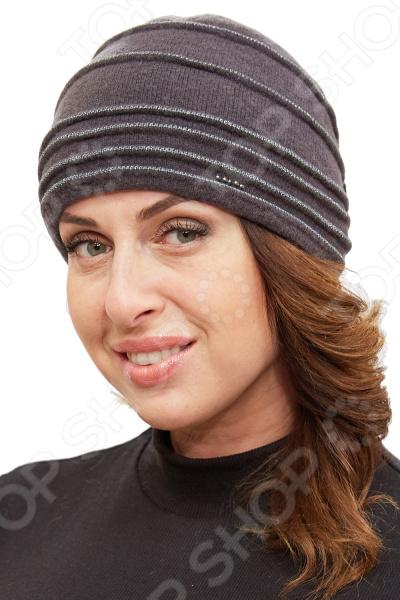 Шапка Fabretti «Карлота»Головные уборы<br>Шапка Fabretti Карлота удобный головной убор, который подойдет женщинам любого возраста. Создавайте невероятные образы каждый день с помощью этого замечательного аксессуара. Прекрасно сочетается с осенней и зимней одеждой.  Шапка двойная из шерстяного трикотажа, вывязанная лицевой гладью.  Трикотажное полотно хорошо растягивается и комфортно в носке.  Украшена по окружности декоративными складками из трикотажа с люрексом.  На задней части размещен трикотажный бант с бусинами под жемчуг.  На передней части выложен декор из пяти страз небольшого размера.<br>