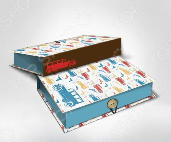 Шкатулка-коробка подарочная Феникс-Презент Машинки - яркая и оригинальная шкатулка, которая станет завещающим штрихов в элегантном оформлении вашего подарка. Даже небольшой знак внимания, преподнесенный в красивой и изысканной упаковке, станет эффектным и запоминающимся. К тому же эта удивительная коробочка сможет послужить своему новому владельцу в качестве удобного места для хранения различных мелочей. Изделие выполнено из плотного мелованного, ламинированного картона, плотность которого составляет 1100 г м2. Особенности подарочной шкатулки-коробчки Феникс-Презент Машинки :  полноцветный декоративный рисунок на внутренней и наружной части;  крышка имеет оригинальный принт с разноцветными машинками, который идеально подойдет для упаковки детского подарка;  оригинальная застежка в виде пуговки. Преподнесите свой незабываемый подарок в шкатулке-коробке Феникс-Презент Машинки !