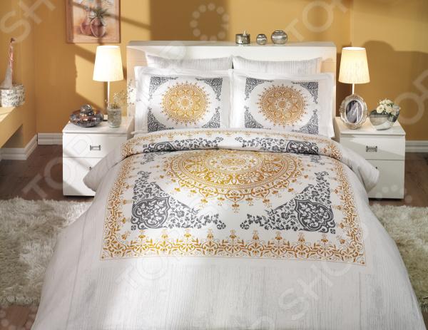Комплект постельного белья Hobby Home Collection Saphire. Цвет: золотой. СемейныйСемейные<br>Комплект постельного белья Hobby Saphire для создания уюта и комфорта в спальной комнате. Человек треть своей жизни проводит в постели, и от ощущений, которые вы испытываете при прикосновении к простыням или наволочкам, многое зависит. Чтобы сон всегда был комфортным, а пробуждение приятным, мы предлагаем вам этот комплект постельного белья. Приятный цвет и высокое качество комплекта гарантирует, что атмосфера вашей спальни наполнится теплотой и уютом, а вы испытаете множество сладких мгновений спокойного сна. Оцените преимущества постельного белья:  Мягкая, гладкая и шелковистая поверхность ткани.  Двойное нитяное плетение.  Легко стирать и гладить, не беспокоясь о потере формы и цвета.  Белье из текстиля высокого качества, сделанное по специальной технологии сложного переплетения нескольких видов нитей. Способно хорошо пропускать воздух и впитывать влагу. Также имеет отличные характеристики усадки и практически не мнется. Дизайн белья великолепно подойдет для спальни в классическом стиле, добавит в интерьер аристократическую легкость и элегантность. Перед первым применением комплект постельного белья рекомендуется постирать. Перед этим выверните наизнанку наволочки и пододеяльник. Рекомендуемая температура стирки 40 С и ниже, без использования кондиционера или смягчителя воды. Для сохранения цвета не используйте порошки, которые содержат отбеливатель.<br>