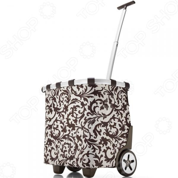 Сумка-тележка Reisenthel Carrycruiser BaroqueСумки для покупок<br>Сумка-тележка Reisenthel Carrycruiser Baroque настоящая находка для тех, кто часто ездит по магазинам или на пикники, но при этом не любит таскать с собой тяжелые пакеты или сумки. Удобное приспособление представляет собой идеальное сочетание практичной сумки и удобной тележки. С ней вы сможете забыть о неудобных и постоянно рвущихся пакетах, которые не только мешают, но и очень негативно влияют на окружающую среду. Сумка способна вместить до 40 литров, поэтому вы можете взять ее с собой даже на контрольную закупку. Оригинальный и модный орнамент сумки обязательно придется вам по вкусу. Особенности сумки-тележки Reisenthel Carrycruiser Baroque:  прочная и стабильная алюминиевая рама, которая отличается прочностью;  съемный внутренний мешочек можно стирать;  телескопическая ручка позволяет настроить тележку под свой рост;  длина широкого ремня регулируется;  сумку можно легко прикрепить к обычной тележке из супермаркета;  легко помещается в багажник.<br>