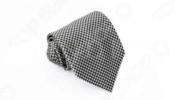 Галстук Mondigo 34475Галстуки. Бабочки. Воротнички<br>Галстук - важный элемент гардероба в жизни каждого мужчины. Сегодня сложно себе представить современного делового мужчину без галстука и это не удивительно, ведь именно галстук является главным атрибутом делового стиля. Не редко, для делового мужчины галстук - одна из немногих деталей, которая позволяет выразить свою индивидуальность, особенно в случаях, когда необходимо соблюдать строгий дресс-код. Однако, галстук уже давно вышел за пределы деловой сферы. Сегодня многие мужчины предпочитающие стиль кэжуал, так же активно прибегают к помощи различных галстуков для создания своего уникального образа. Галстуки стали очень разнообразными как по виду и цвету, так и по форме и материалу изготовления, благодаря этому их можно активно носить не только в офис и на деловых встречах, но даже на отдыхе и в повседневной жизни. Галстук Mondigo 34475 - оригинальная модель, которая станет завершающим штрихом в образе солидного мужчины. Правильно подобранный галстук позволяет эффектно выделить выбранный вами стиль, подчеркнуть изысканность и уникальность его владельца. Стильный мужской галстук из качественной микрофибры, черно-белого цвета, украшен мелким геометрическим узором. Ширина ту основания 8,5 см.<br>
