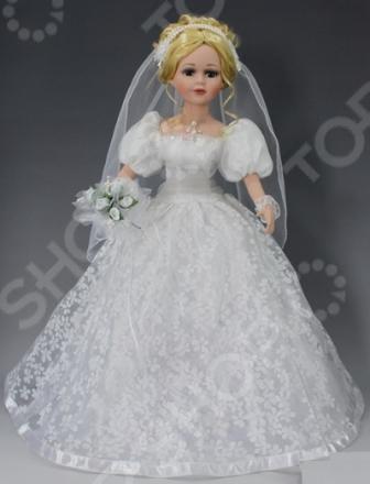 Кукла коллекционная «Невеста»Статуэтки и фигурки<br>Кукла коллекционная Невеста настоящее произведение искусства, отличающееся невероятной красотой, живостью и реалистичностью исполнения. Нежные пастельные тона в сочетании с легкими материалами создают ощущение воздушности. Изящная и утонченная кукла станет прекрасным украшением интерьера и предметом восхищения всех гостей и домочадцев. У куклы очень доброе лицо и выразительные глаза, пушистые ресницы и красивые светлые волосы. Ее роскошный свадебный наряд с оборочками и кружевами дополнен чудным ободком с фатой, колье и букетом из белых роз, которые точно не оставят никого равнодушным. Все детали коллекционной куклы продуманы до мелочей. Ее тело пропорционально и гармонично, выполнено из тончайшего фарфора молочного цвета. Такая кукла обязательно займет почетное место на полке и станет источником вашего вдохновения.<br>