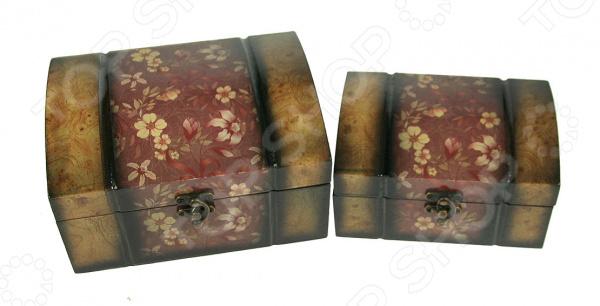 Набор сундучков 34735Шкатулки<br>Набор сундучков 34735 изящные и практичные изделия для размещения разнообразных ценных мелочей и дорогих сердцу вещиц. Комплект станет надежным хранилищем для ювелирных украшений и бижутерии, писем и небольших сувениров, а также фурнитуры для рукоделия и пр. Сундучки достаточно вместительны, имеют простые металлические замочки. Сундучки выполнены из высокопрочного МДФ, дополнены великолепным цветочным орнаментом. Внешнее лаковое покрытие изделий надежно защищает их от царапин и повреждений. При необходимости транспортировки вы легко сможете разместить сундучки по принципу матрешки , чтобы сэкономить пространство.<br>