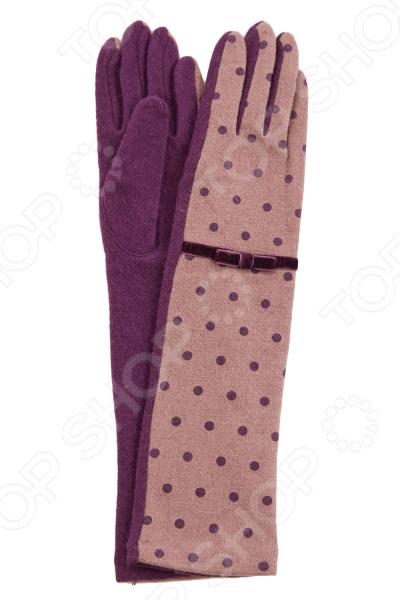 Перчатки Fabretti Элма стильный аксессуар для холодного времени года, который не только спасет ваши руки от холода, но и подчеркнет оригинальность образа. Они выполнены из мягкого приятного на ощупь полотна, удобны в повседневном использовании. Прекрасно сочетаются с зимней одеждой.  Стильные удлиненные двухцветные перчатки в горох.  Трикотажное полотно хорошо растягивается и комфортно в носке.  Украшены контрастным бантиком из замшевой ленты.  Не имеют подкладки.