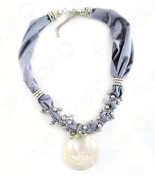 Подвеска Milana Style Лот 1011 это стильное украшение, которое идеально подойдет для завершения вашего образа. Вне зависимости от стиля одежды вы можете использовать эту подвеску, ведь она будет прекрасно смотреться как с вязаным платьем, так и с шелковой блузкой. Такое изделие привлечет внимание окружающих, где бы вы не находились.  Оригинальное украшение с текстильной основой. Легкий платок переплетен с цепочкой из бижутерного сплава. Завершает композицию кулон, выполненный под камень.  Удобная застежка карабин.  Длина изделия 68 см.